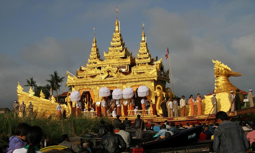 Royal Bargue, Phaung Daw U, Myanmar2(Gerd Eichmann)