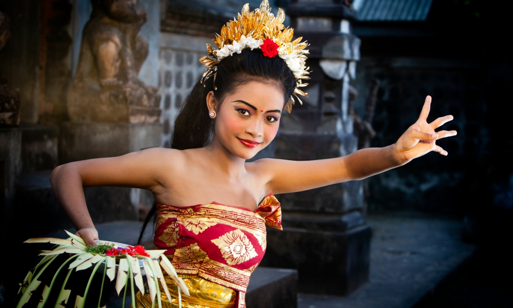 Balinese Culture Tour: Balinese woman performing traditional dance