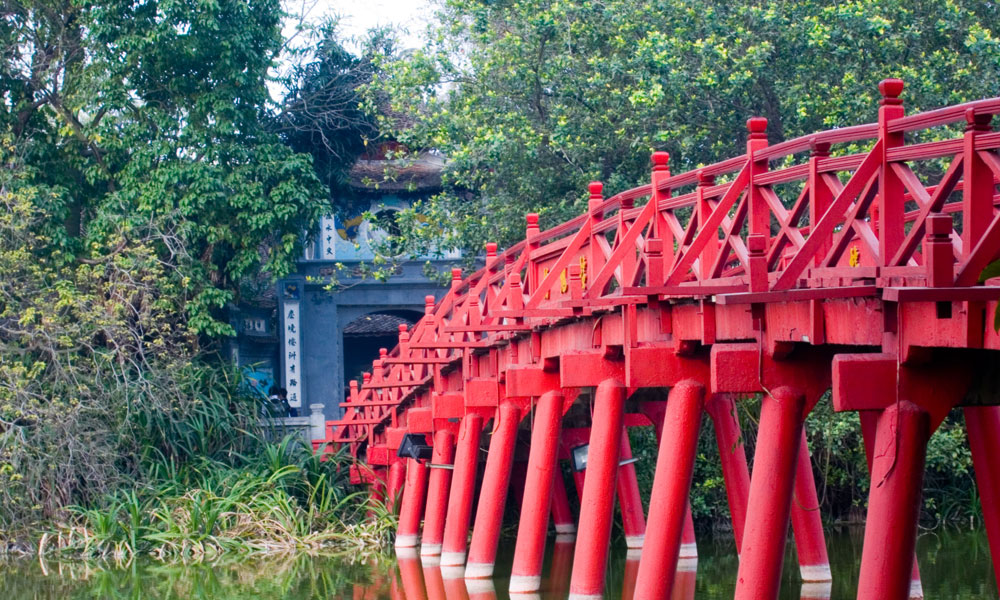 Hanoi and Halong Bay tour: bridge on the hoan kiem lake