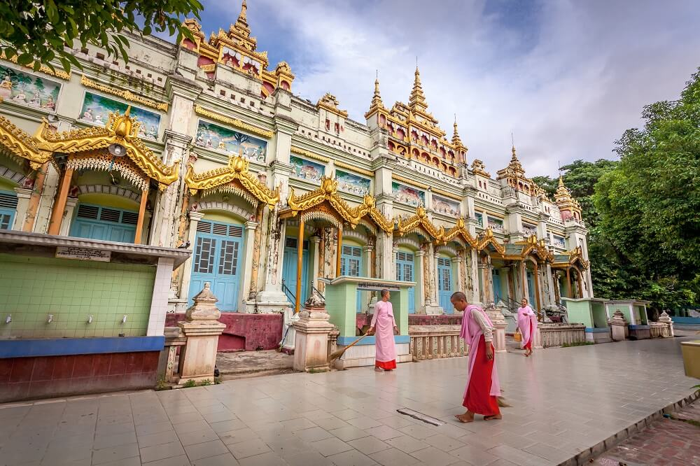 Monywa tour: Buddhist nuns sweep the floor temple