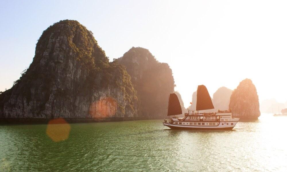 Vietnam private tour: cruising through Halong Bay