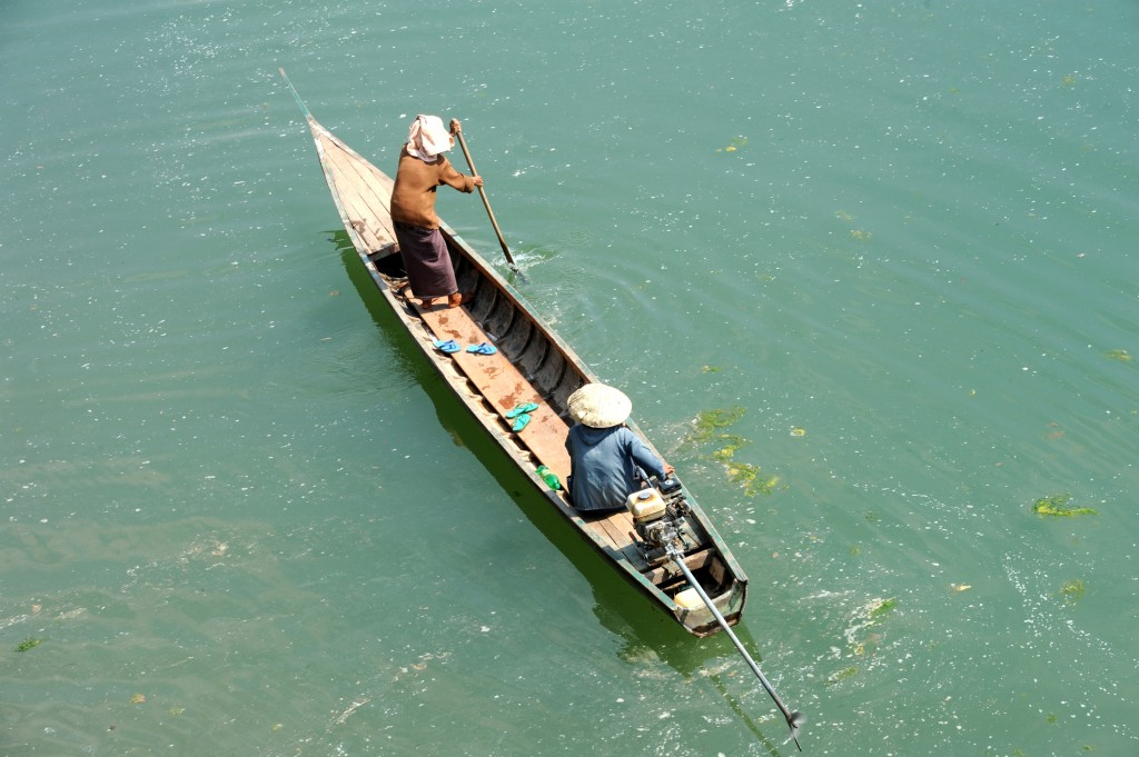 Si Phan Don Tour: locals paddling wooden boat