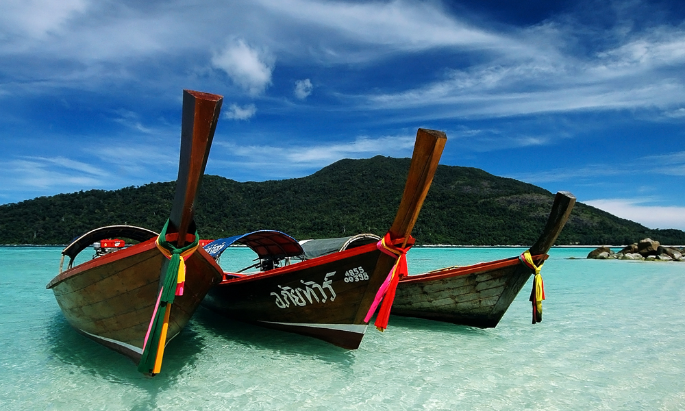 private tour Thailand: boats on the beach