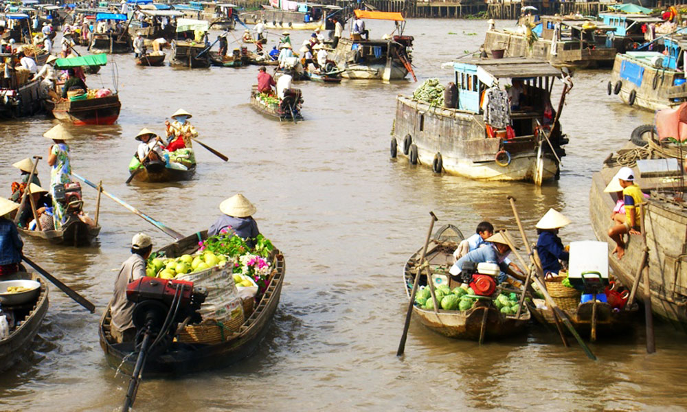 overnight Mekong cruise: boats on the floating market
