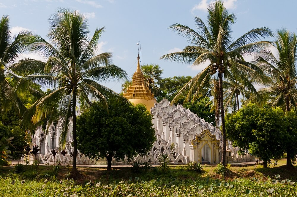 Myanmar Golden Rock tour: Local Temple with a golden stupa
