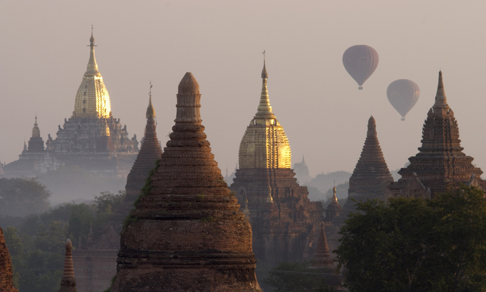 Private Myanmar tour: balloons in ananda and shwegugyi