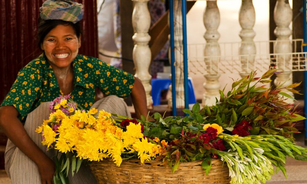 Yangon private tour: Local woman with flowers