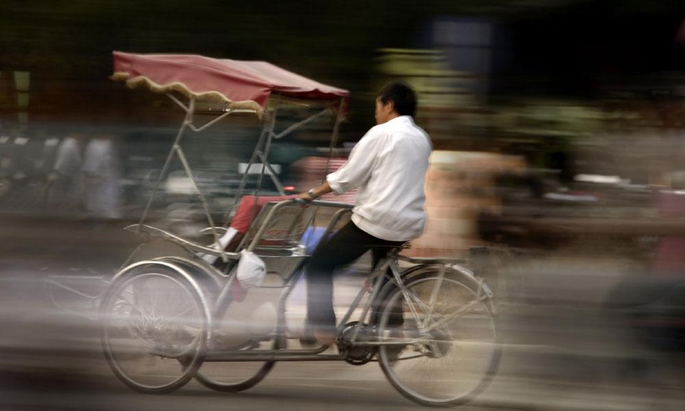Hanoi cultural tour: men in a bike