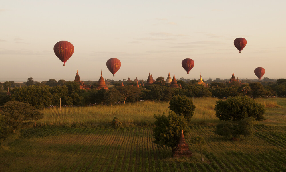 Romantic Myanmar tour: balloons in sunset