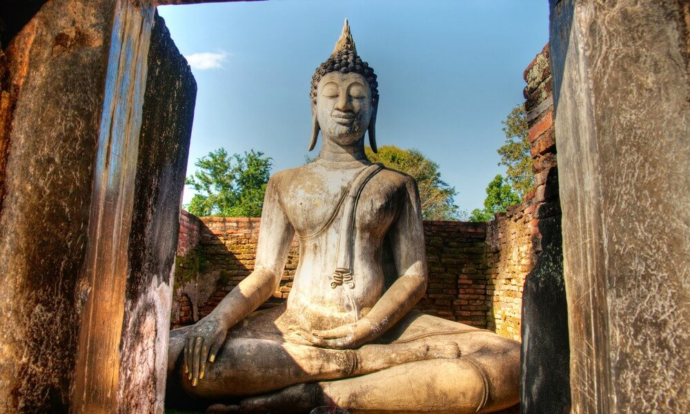 Bangkok to Chiang Mai tour: Buddah statue in a ancient temple