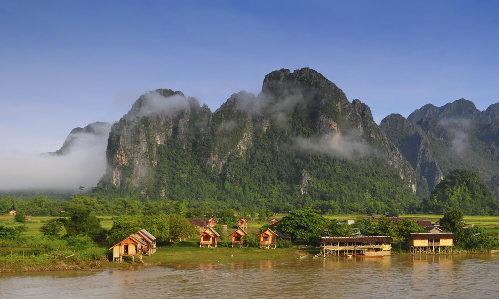 family tour Laos: Vang Vieng mountains, houses and river