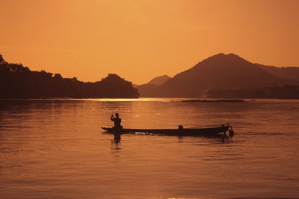 Laos responsible tour: : fisherman in the sunset