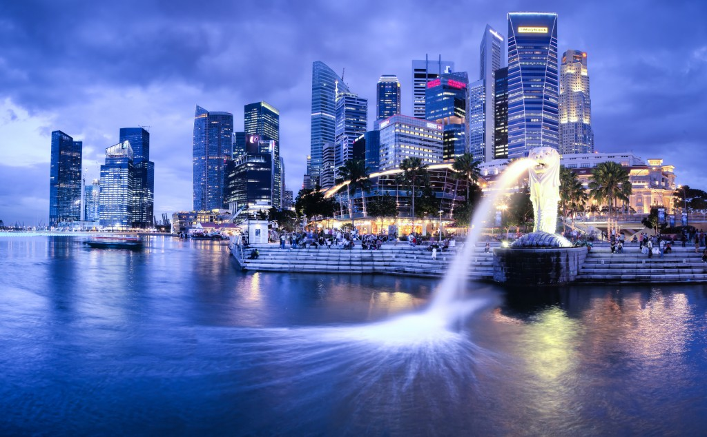 Singapore city tour: harbor with Merlion at night