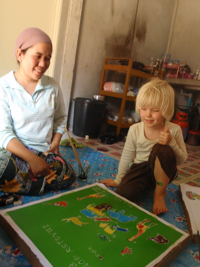 Baan Talay Nok Homestay: local and a western kid sitting together looking at the map