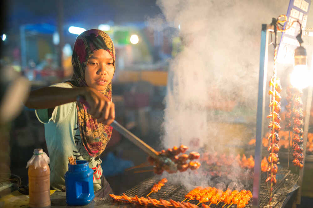 Northern Malaysia tour: woman cooking on the Night Market