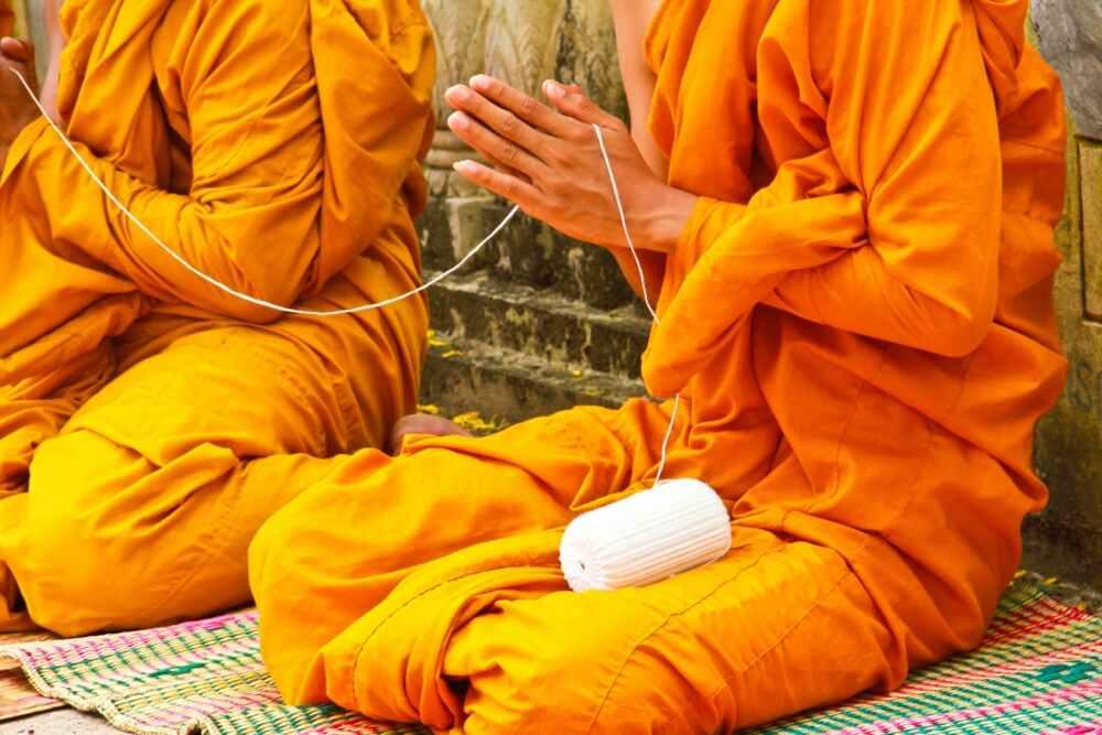 relaxing tour of Laos: monks pray