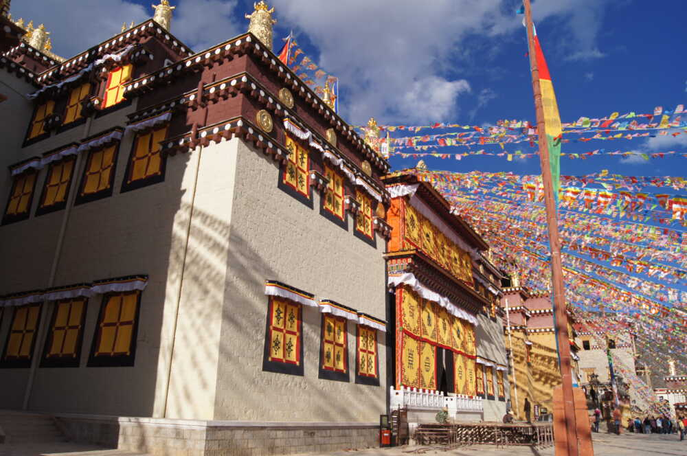 China nature tour: Zhongdian Songzanlin monastery